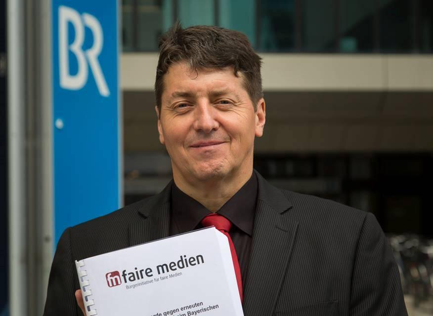 Thomas Schührer vor dem Gebäude des Bayerischen Rundfunks, Foto: Andreas Kobs
