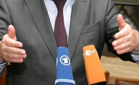 "<a href=""https://creativecommons.org/licenses/by-nc/2.0/""> Mirkrofone von ARD und ZDF, Foto: linksfraktion / Flickr.com / CC BY NC 2.0 </a>"